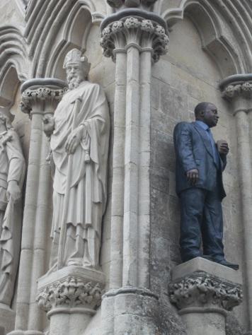 Nouveaux apôtres (31 juillet 2011) - Un artiste avait installé des statues réalistes à des divers endroits de la cathédrale de Salisbury, pour interroger les visiteurs sur la place du sacré aujourd'hui : les apôtres de maintenant ne seraient pas des hommes en robe et grande barbe, mais des gens ordinaires en costume ou en jean. Cela créait des occasions de photos un peu amusantes, mais qui rejoignaient l'intention de l'auteur.