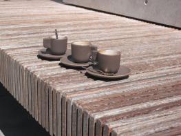 Par hasard (11 septembre 2011) - Sur la terrasse d'un musée d'art moderne, trois tasses abandonnées sur un banc, alignées, toutes différentes, en harmonie de couleur avec le siège de bois et le dossier de béton...