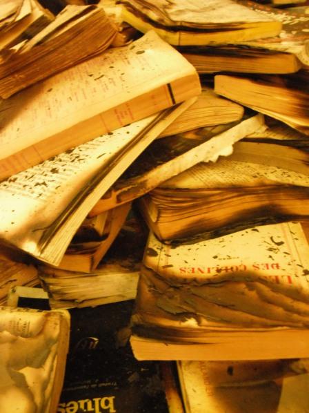 Recyclage (6 novembre 2011) - Une œuvre d'art un peu étrange à base de livres partiellement brûlés. J'aime les couleurs de cette photo et l'impression d'empilement sans fin :
