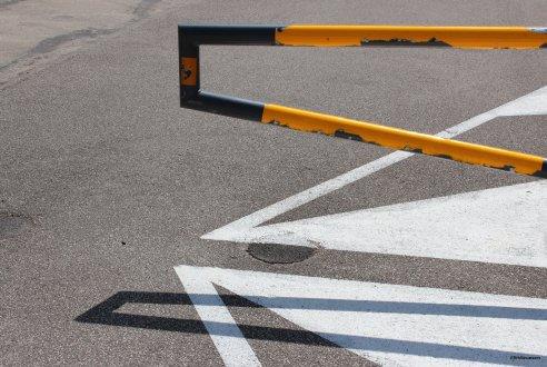 Parking public (9 septembre 2012) - J'aime le graphisme, le caractère épuré de cette photo avec le dialogue entre barrière, ombre et marquage au sol.
