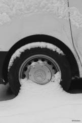 Ying et yang (10 mars 2013) - Une forme intéressante créée par la neige sur une roue de camionnette.
