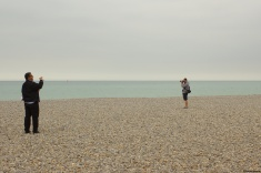 Brève rencontre (22 novembre 2015) - La photo saisit parfois des moments fugaces, comme l'idée d'une rencontre ou d'une réciprocité qui pourrait se créer, ou n'aboutira pas... La plage de Dieppe, une image comme un début d'histoire...